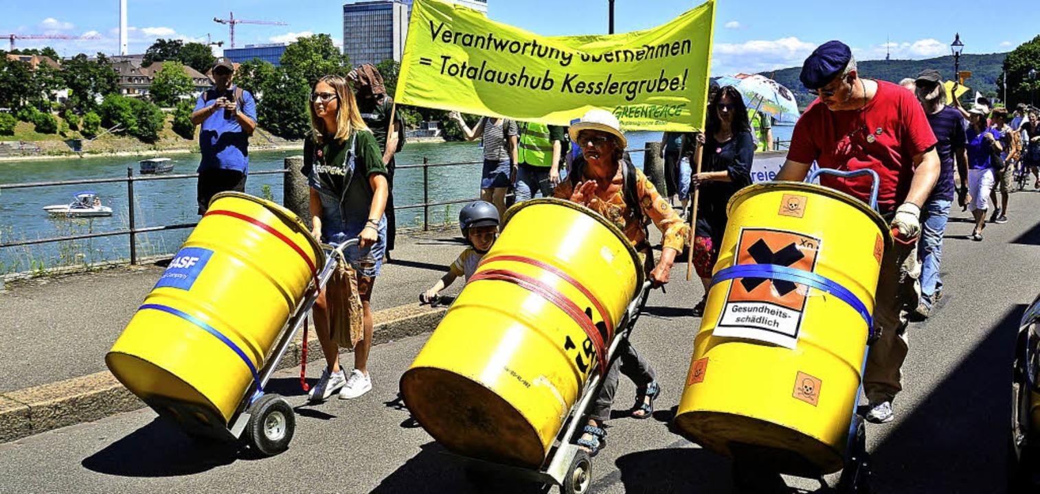 Gut 200 Demonstranten zogen  von der G...be am Rhein entlang in Basels Zentrum.  | Foto: Mahro