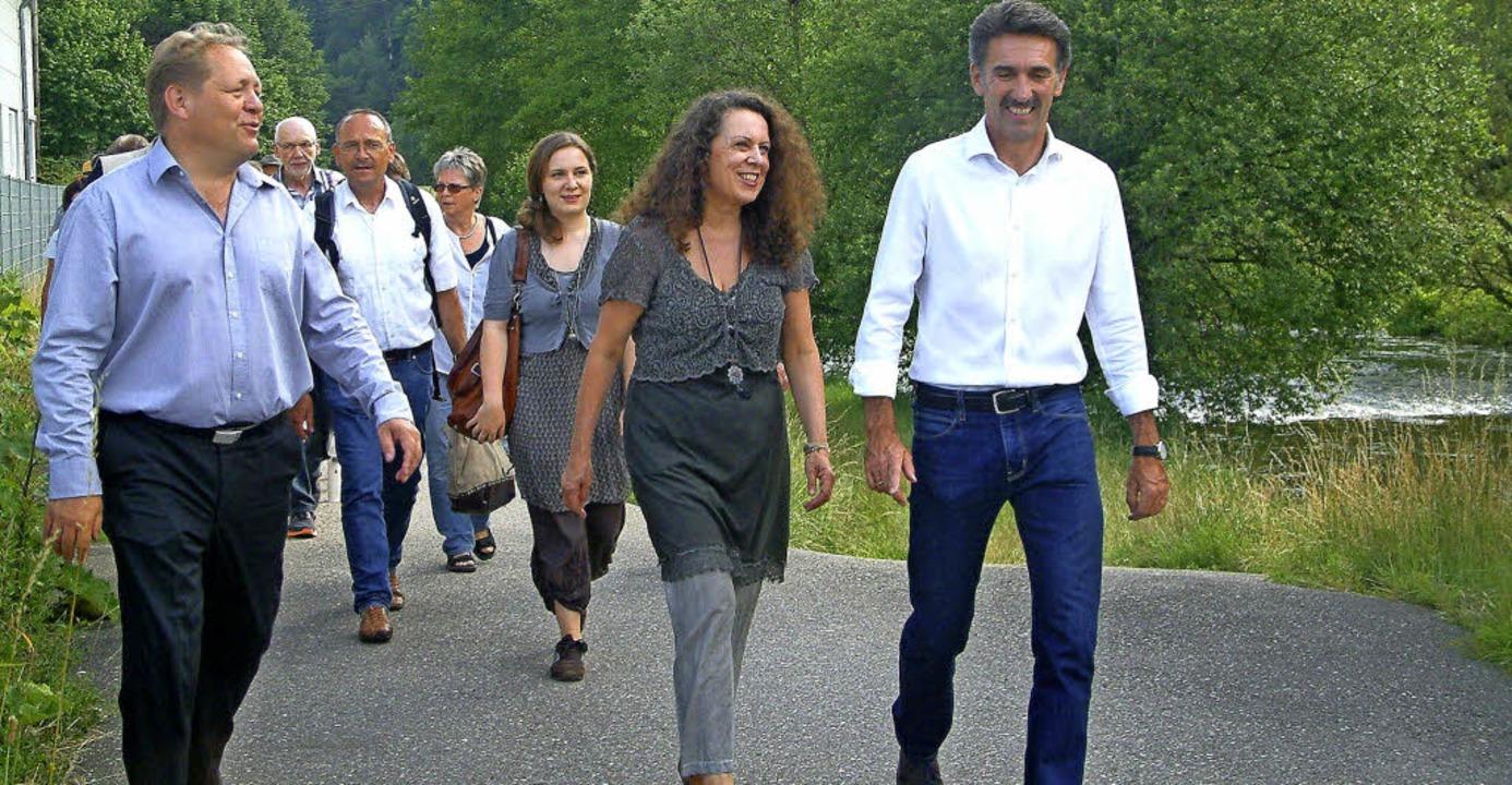 An der Wiese entlang lief die stattlic...oblich und Jürgen Sänger (von links).   | Foto: Roswitha Frey