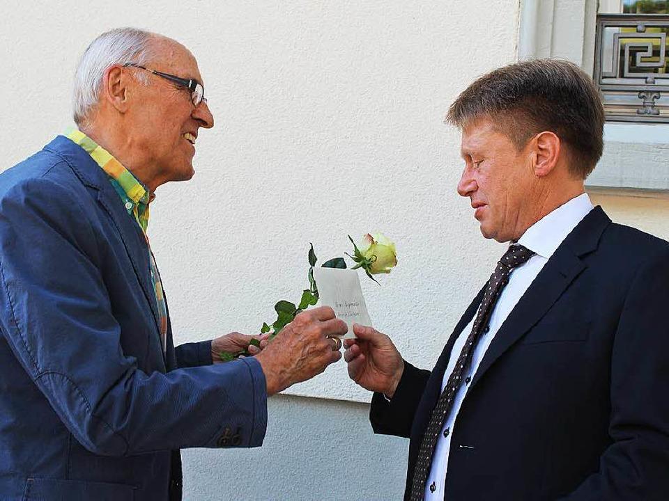 Altbürgermeister Edmund Keller gratuliert Andreas Wießner.   | Foto: Jacob