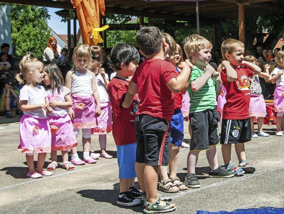 Die Kindergartenkinder haben sich best...hren  Auftritt vor vielen Zuschauern.   | Foto: olaf Michel