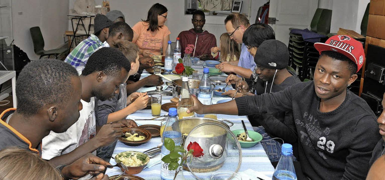 Gemeinsam zu kochen ist kommunikativ. ...Breisacher Helferkreises näher kennen.  | Foto: Kai Kricheldorff