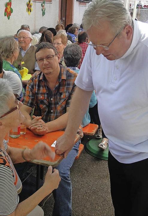 Beim Dächlefest kam Stadtpfarrer Matth...mit Gemeindemitgliedern ins Gespräch.   | Foto: Bader