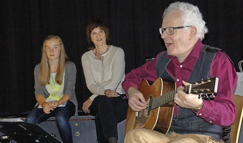 Hannah Kunkler (von links), Buchautori...sche Lieder bei der Vorstellung sang.   | Foto: Helena KIefer