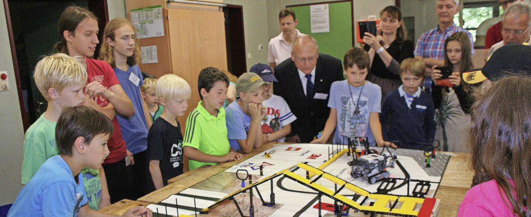 Der Legoroboter faszinierte beim Tag d...nen Tür in der Hector-Kinderakademie.   | Foto: Cremer