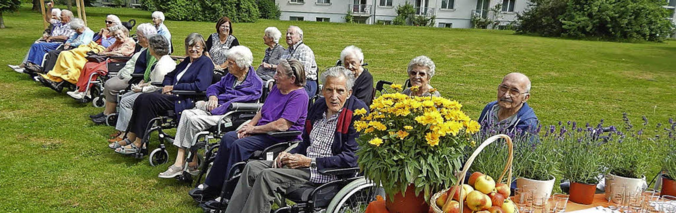 Senioren aus dem Bürgerheim freuten si... Beruf des Landschaftsgärtners übten.     Foto: Claudia Gempp
