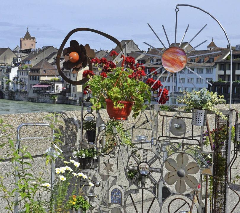 Die mobilen Gärten auf der alten Rhein...einplatz mit den Blumenampeln vorbei.     Foto: Ingrid Böhm-Jacob