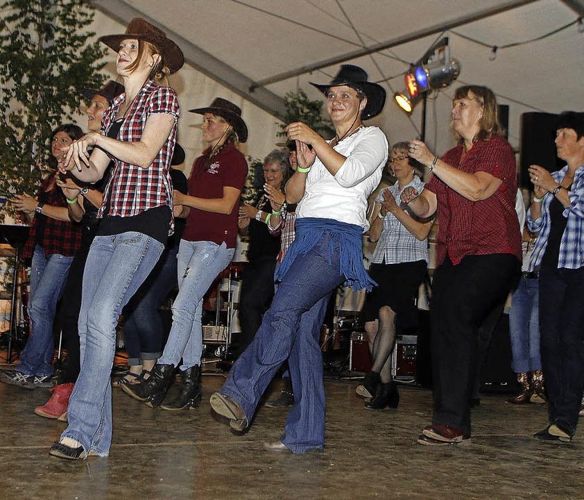 Linedancer beim Countryabend der Trachtenkapelle   | Foto: Heidi Fössel