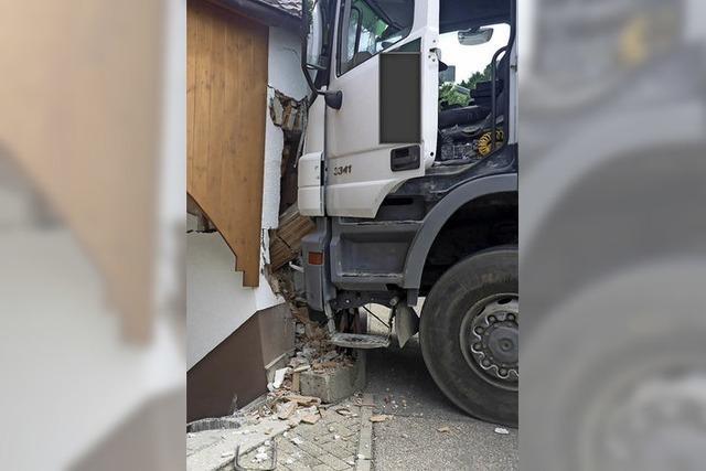 Rollender Lkw verursacht hohen Sachschaden