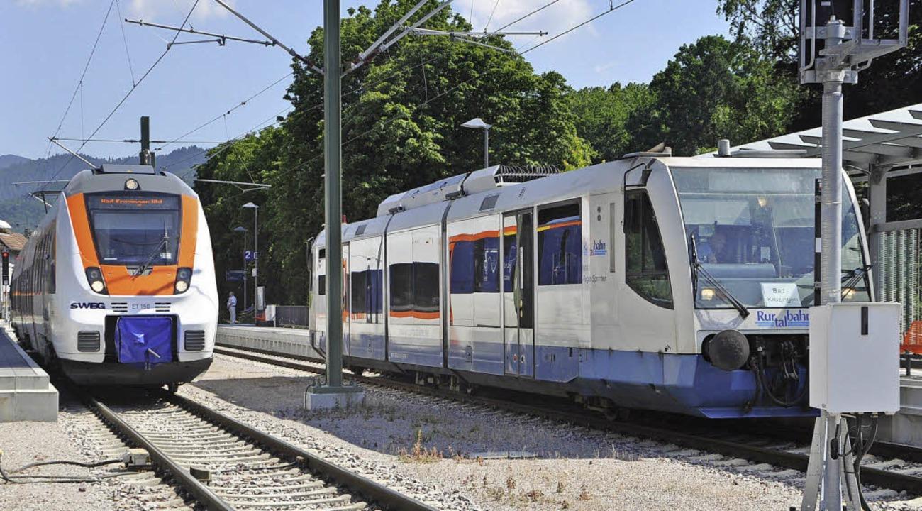Der Zug der Rurtalbahn (rechts) ersetz...e, solange die in der Inspektion sind.  | Foto: Rainer Ruther