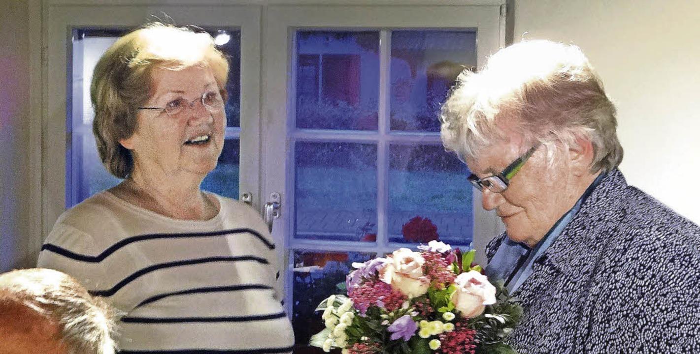 Heidi Zöllner freut sich über den Besuch von Inge Wacker (rechts).   | Foto: Klaus Brust