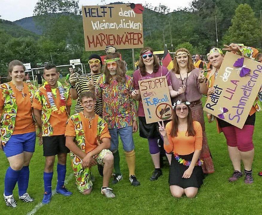 Die Narrenclique kam beim Utzenfelder ...ippies verkleidet auf den Sportplatz.   | Foto: Wehrle