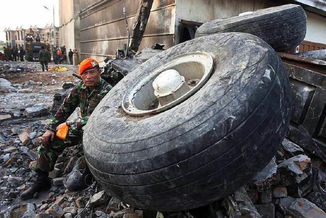 142 Tote bei Flugzeugabsturz in Indonesien