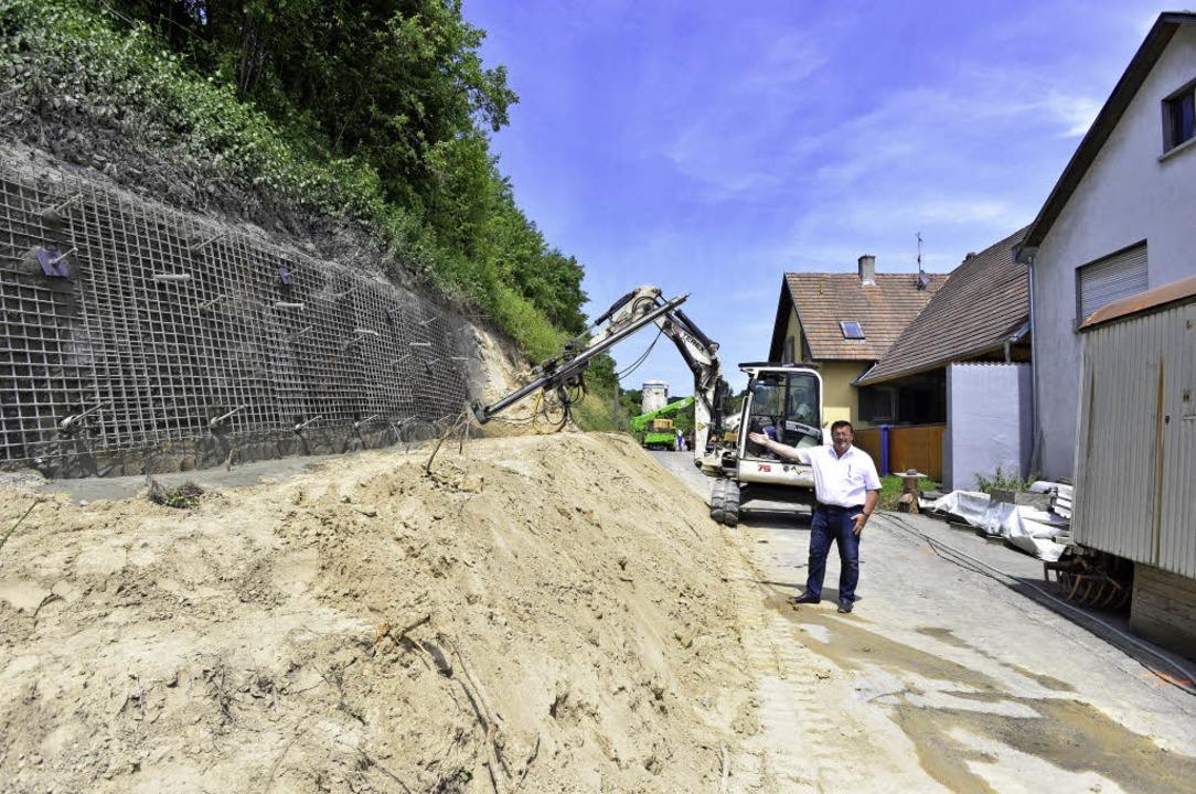 Rund neun Monate werden die Straßenbau...zeigt Bürgermeister Hartwig  Bußhardt.  | Foto: Erggelet