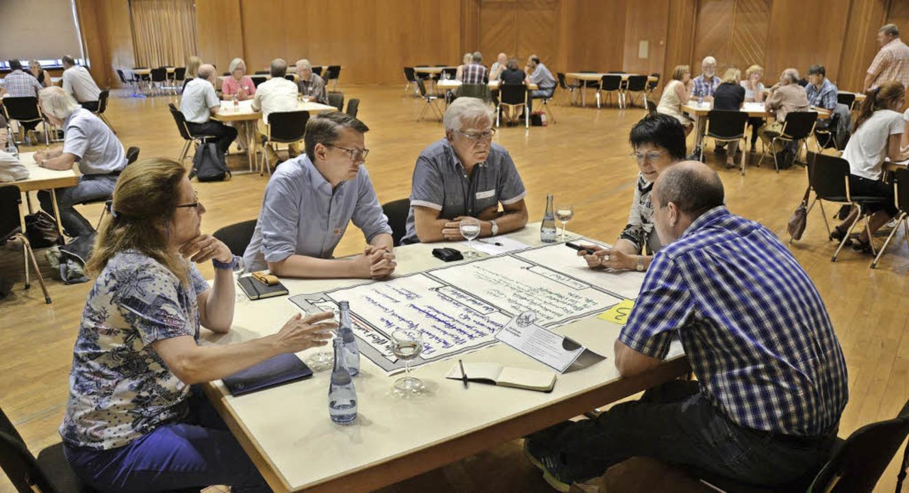 Vier Stunden lang haben die Teilnehmer des World Cafés heiß diskutiert.   | Foto: Dorothee Soboll