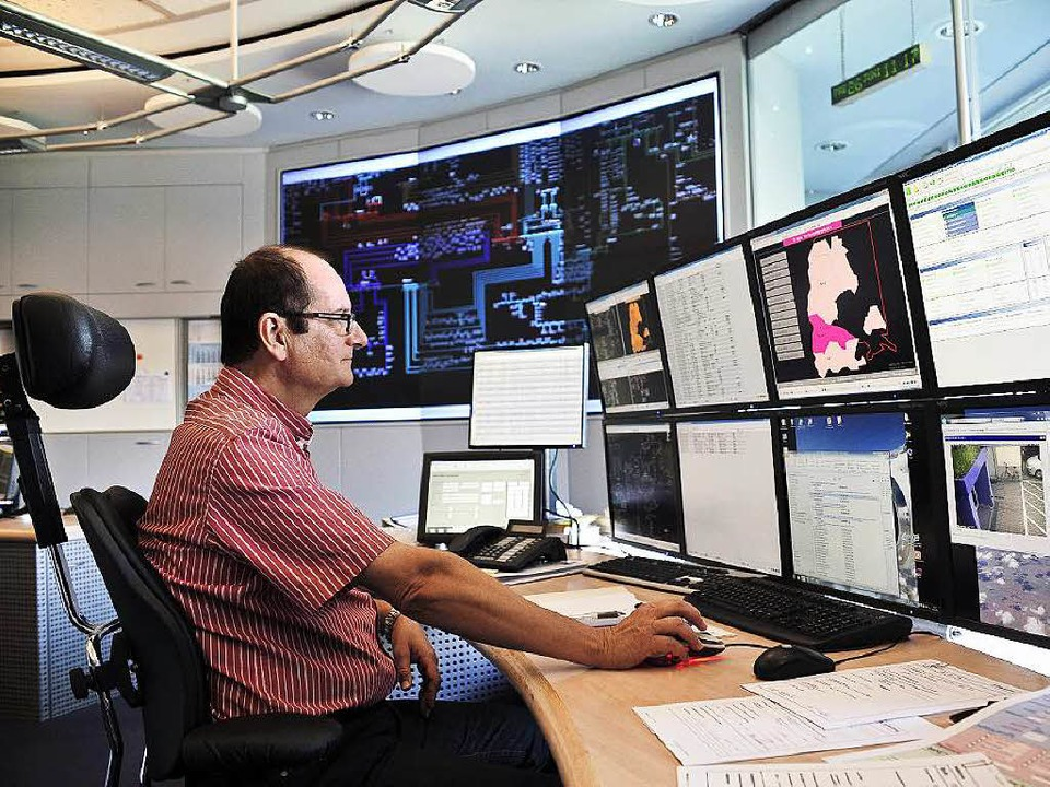 Adrian Schönfeld hat die Monitore im K...ntrum des Energieversorgers im Blick.   | Foto: Thomas Kunz