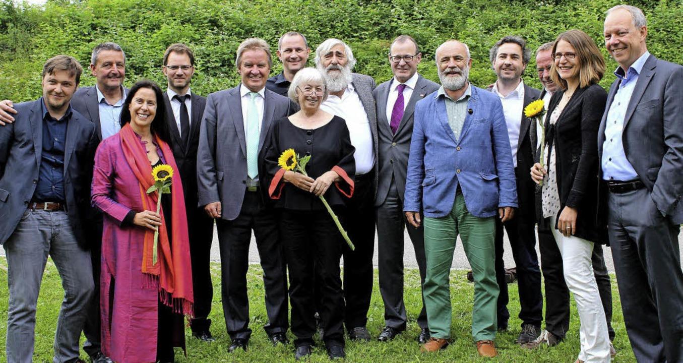 Ursula und Michael Sladek (Mitte) und ...it Vorstand und Aufsichtsrat der EWS.   | Foto: Heiner Fabry
