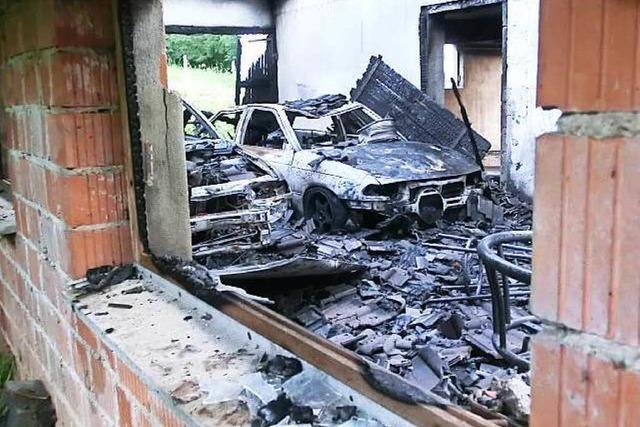 Garagengebäude wird Raub der Flammen, Feuerwehr verhindert Schlimmeres