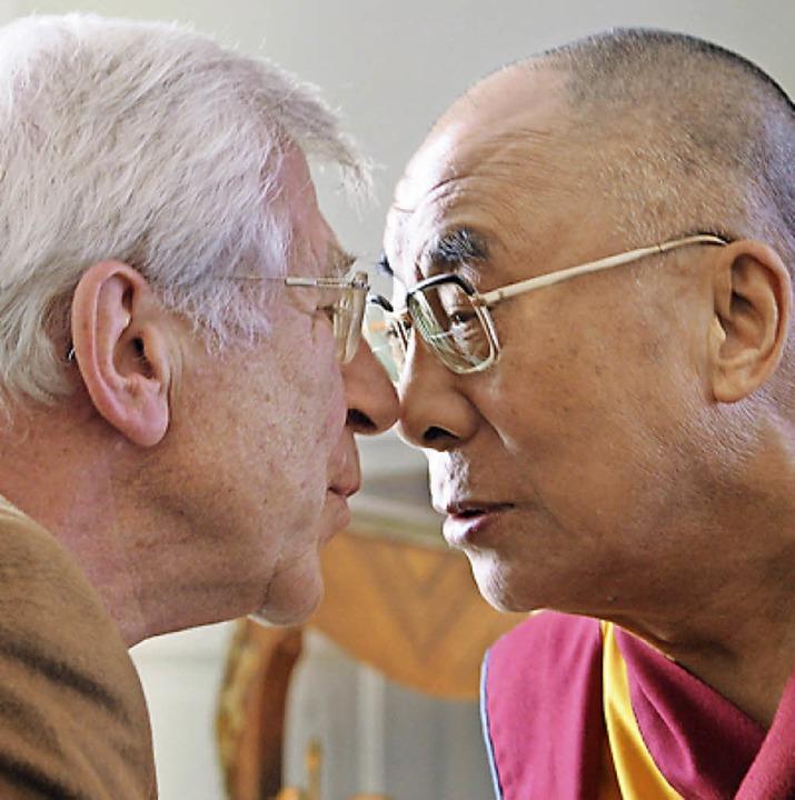 Der Autor (links) und  der Dalai Lama 2009 in Baden-Baden  | Foto: Franz Alt