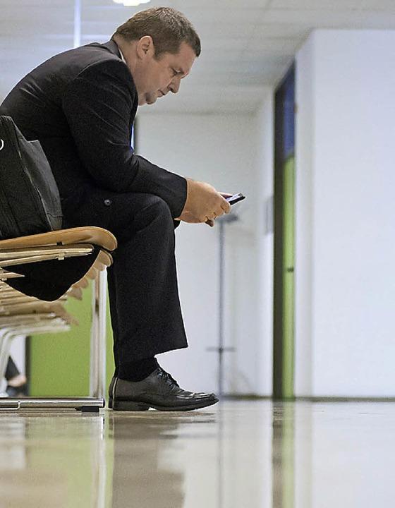 Stefan Mappus wartet auf seine Verhandlung im Verwaltungsgericht Stuttgart.   | Foto: dpa
