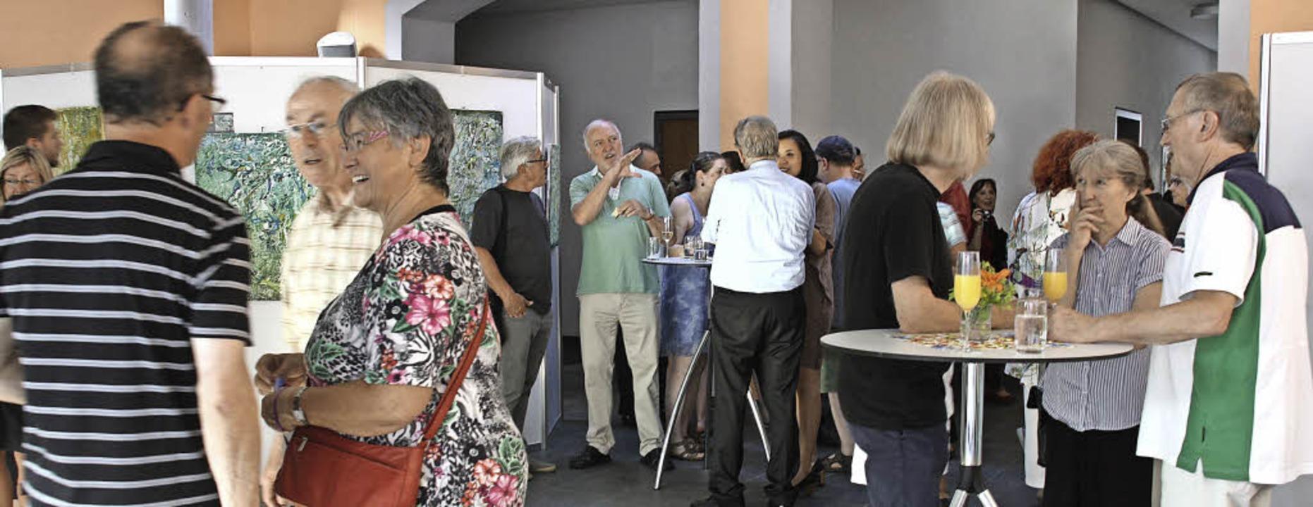 Angeregte Gespräche gab es bei der Vernissage der Kenzinger Künstlertage.   | Foto: Christiane Franz