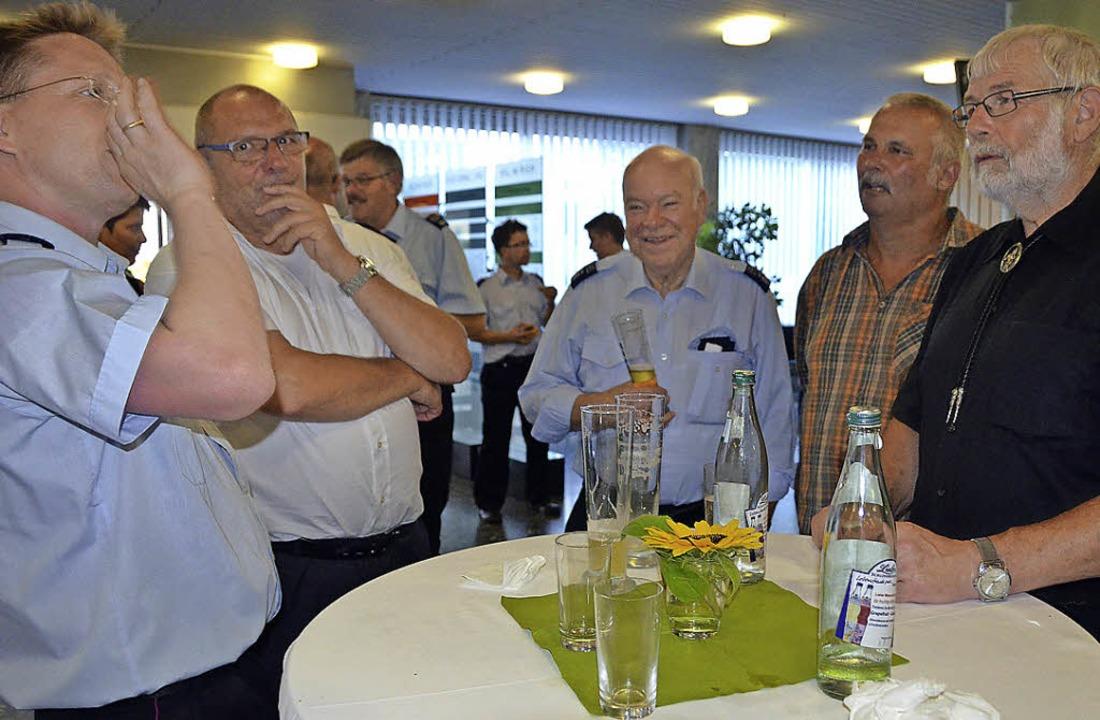 Feuerwehrpolitisches Fachsimpeln beim ...t Fuchs, Rolf Rung und Gustav Walliser  | Foto: Jochen Fillisch
