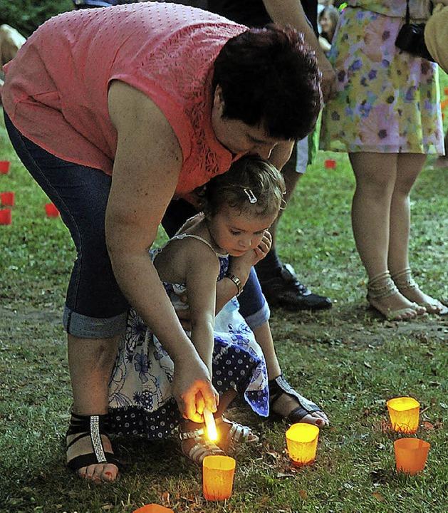 Und schon brennt die Kerze.  | Foto: WOLFGANG KUENSTLE