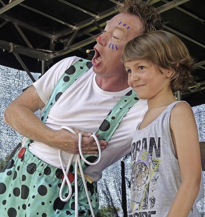 Zauberclown Tilo trieb seine Späßchen ...Schneider und den Kindern im Publikum.  | Foto: Marion Rank