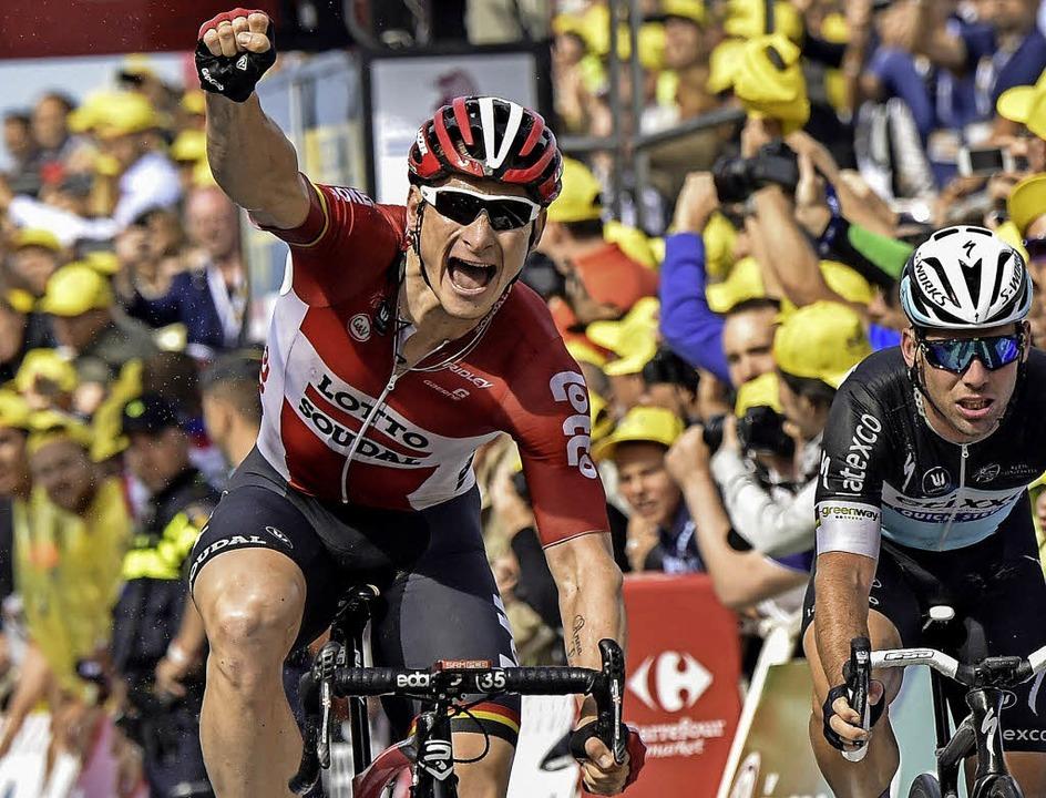 André Greipel freut sich über seinen knappen Sieg bei der zweiten Tour-Etappe.    | Foto: afp