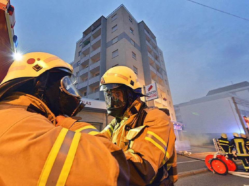 Das Hochhaus an der Ecke Zähringer/Waldkircher Straße wurde evakuiert.    Foto: Michael Bamberger