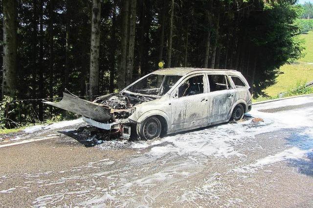 Auto brennt auf der Stohrenstraße völlig aus