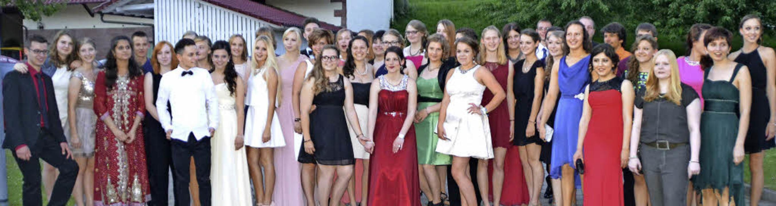 Die stolzen Abiturientinnen und Abitur...hren großen Abend in Schale geworfen.   | Foto: privat