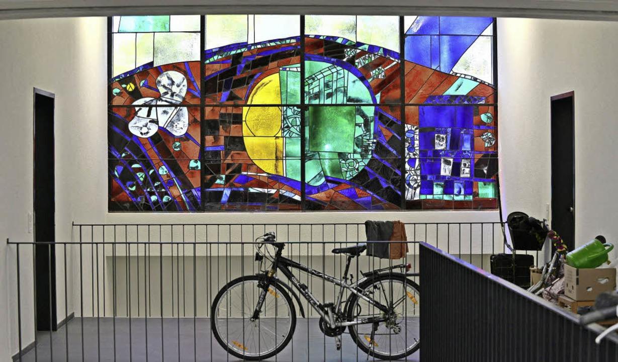 Durch das einstige Emporenfenster wird...ppenhaus des Gebäudes bunt beleuchtet.  | Foto: Rita Eggstein
