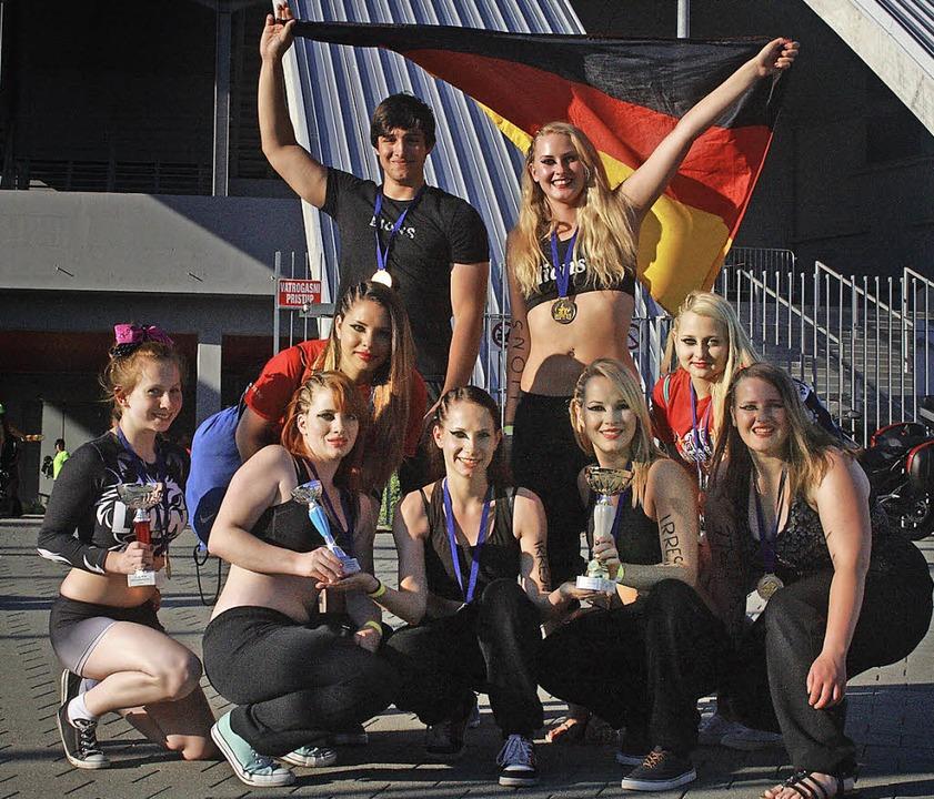 Hahn im Korb: Kai Peters mit dem Cheer...TV Zell nach dem Gewinn des EM-Titels   | Foto: ZVG
