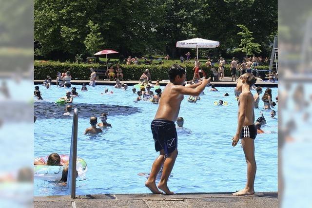 8100 Badegäste stürmen Becken