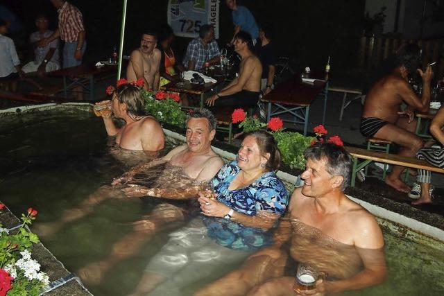 Kühle Sitzung im Dorfbrunnen