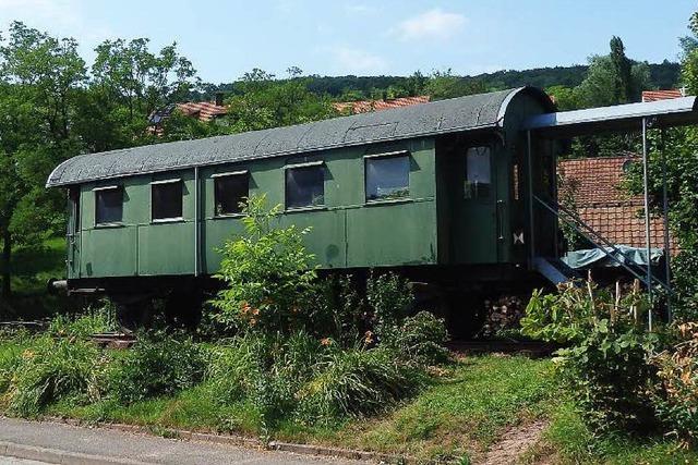 Gleise ins Nirgendwo: Inzlingerin hat einen Eisenbahnwaggon im Garten