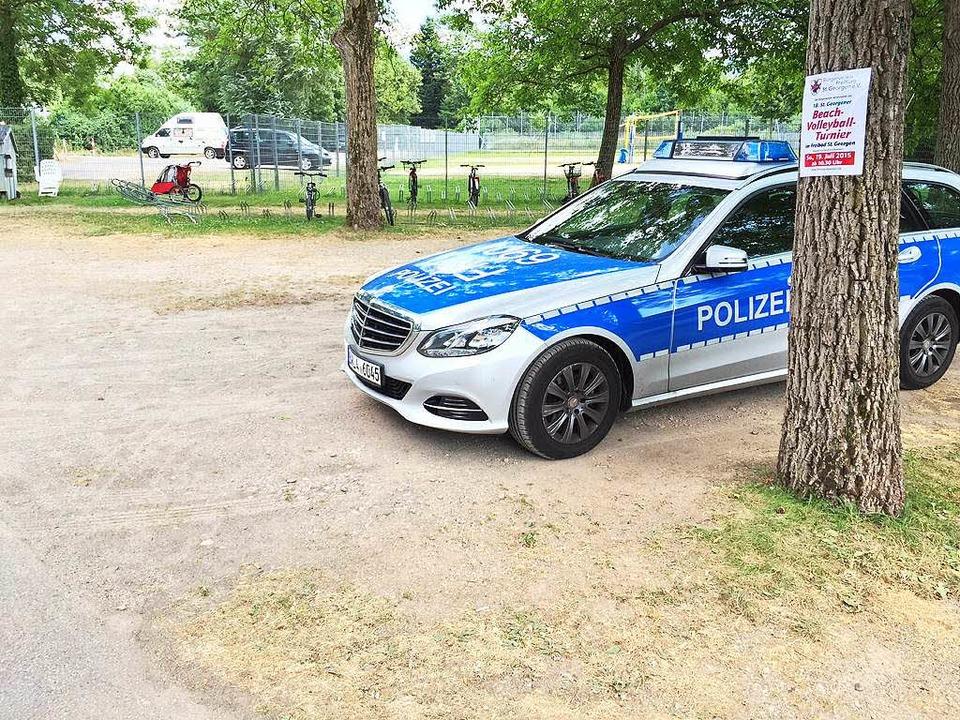 Die Polizei am Mittwoch auf dem Parkplatz des St. Georgener Freibads   | Foto: Adrian Hoffmann