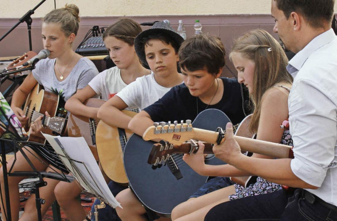 Konzentrierter Auftritt der Gitarrenschüler  | Foto: Frowalt Janzer