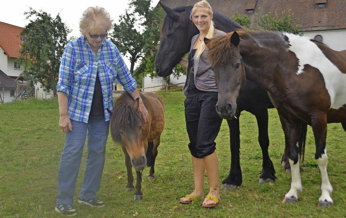 Glücklich über den Ausgang der Hilfsak...es, Mucki und Heike Zanon (von links)   | Foto: M. Wunderle
