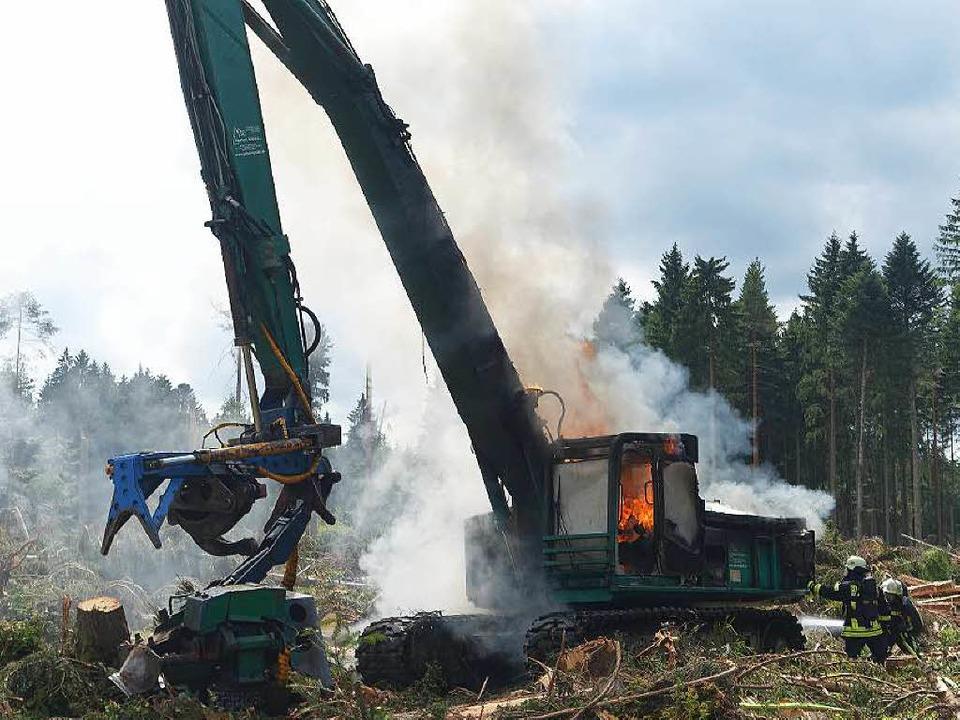 Die Feuerwehr Bonndorf bekämpfte den B...nschweren Vollernter ausgebrochen ist.  | Foto: Olaf Thor