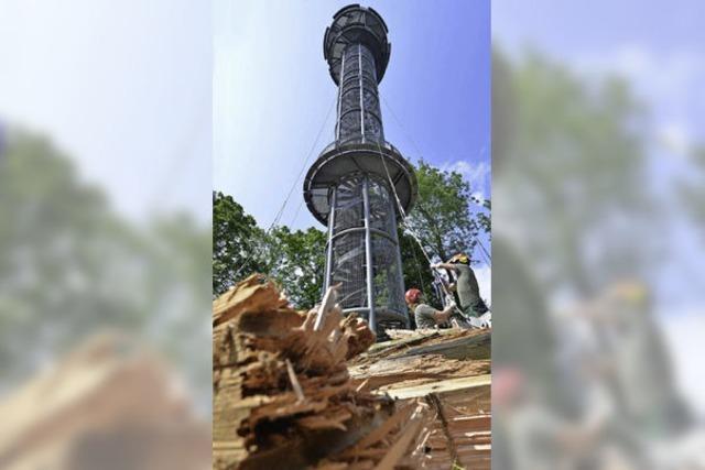 Schlossbergturm ohne Holz: Die faulen Baumstämme sind weg