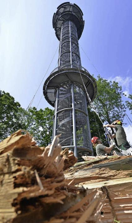 Arbeiter sichern den Schlossbergturm mit Stahlseilen.  | Foto: M. Bamberger