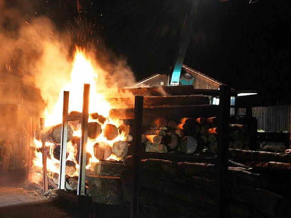 Ein Rundholzstapel bei einem Sägewerk ...r in der Nacht auf Donnerstag eintraf.    Foto: Feuerwehr