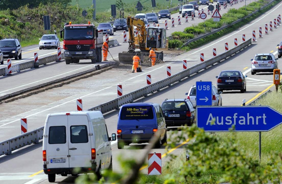 Gehört auf Autobahnen zum Bild: Bauste...an vielen von ihnen die Unfallgefahr.     Foto: Holger Hollemann/dpa