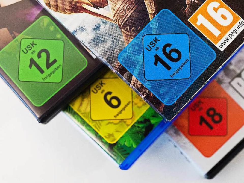 Die bunten USK-Siegel geben Aufschlus...chem Alter ein Spiel freigegeben ist.   | Foto: Andrea Warnecke (dpa)