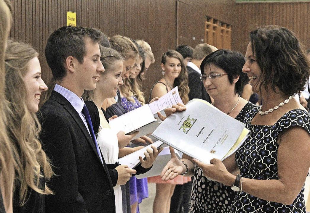 Die Absolventen erhalten ihre Zeugnisse.  | Foto: Thilo Bergmann