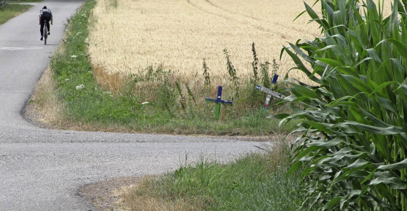Zwei Kreuze erinnern an dieser Wegkreu... wie auch anderen Verkehrsteilnehmern.    Foto: Martin Wendel
