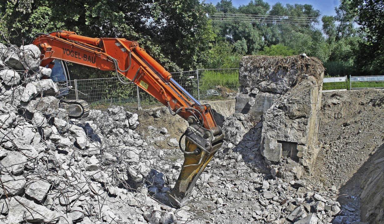 Alte Bunker fallen derzeit dem Neubau des Polders  zum Opfer.     Foto: Beate Rottler (2)/Privat