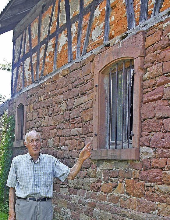 Wilhelm  Zeller zeigt auf einen alten ...emaligen Gasthaus Sonne eingebaut ist.    Foto: Beate Rottler
