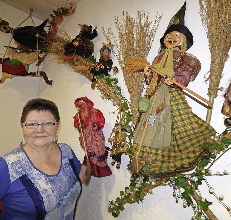 Martina  Moser aus Diersburg inmitten ihrer Hexen.   | Foto: Frank Leonhardt